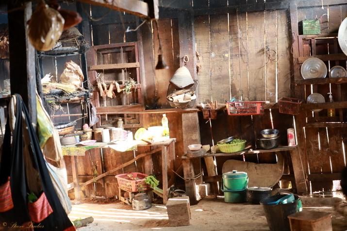 Les cuisines et chambres dans les maisons des minorités du nord Laos