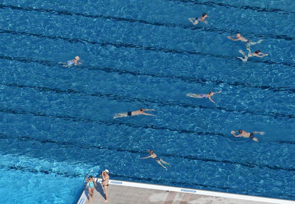 Des gens nagent dans une piscine publique, le 19 juillet 2014. (Image d'illustration)