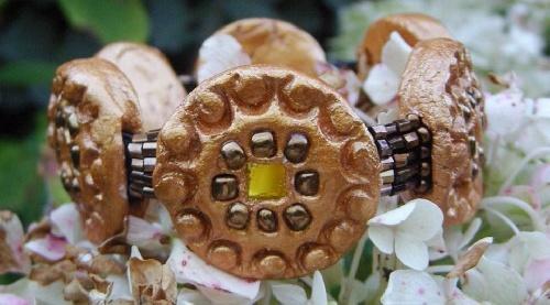 Bracelet réalisé par Sylvie LE BRIGANT avec incrustation de perles de verre et miroirs.