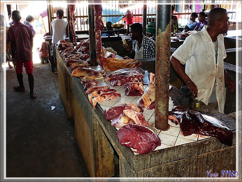 Marché de Hellville : le coin de la viande - Nosy Be - Madagascar