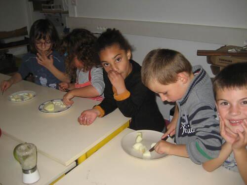 Semaine du goût: préparation d'un gâteau aux pommes par les CP
