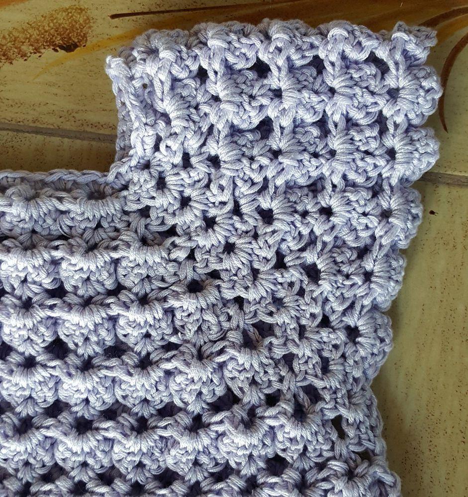 Une tunique bleu lavande, crochetée avec un point relief...