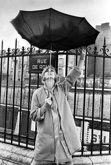 29 - Les femmes encore... sous les parapluies