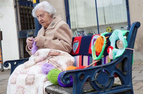 Ecosse: A 104 ans, elle fait du street art en tricotant