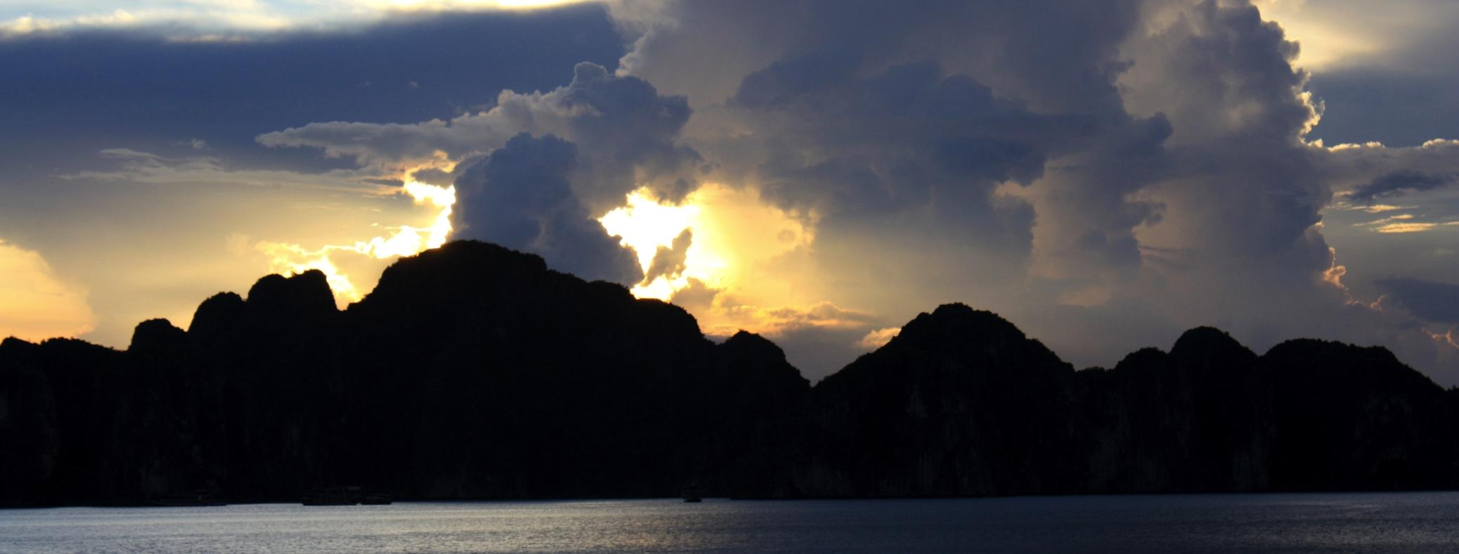 Coucher de soleil Baie d'Along