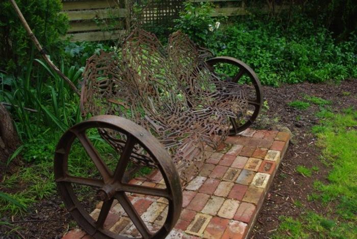 Sculptures faites avec de vieux outils.
