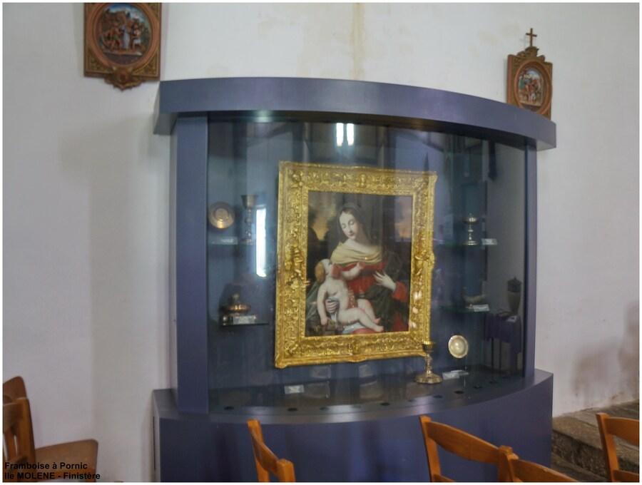 Ile de Molène - vitrine dans l'église