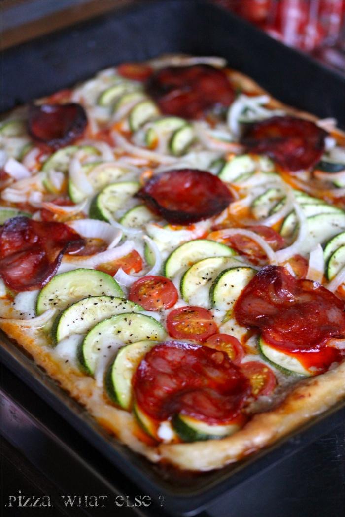 Maxi Pizza ! (Aubergine, mozza, courgette, tomate & chorizo)