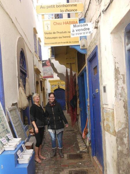 Avec Habiba devant sa boutique