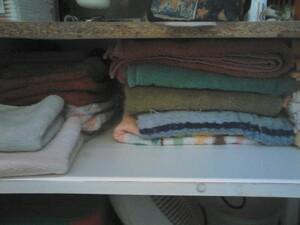 Sous le lavabo: ce qu'on se sert le moins souvent: réserve de cosmétiques, stock de serviettes, dentifrices etc...