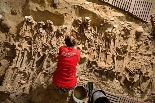 Les 200 squelettes retrouvés sous un Monoprix !