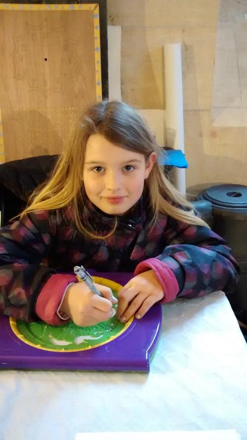 jeune enfant en pleine travaux d'un mandala !