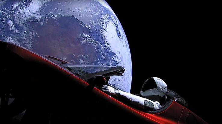 Le mannequin Starman à bord de la Tesla rouge emportée dans la charge utile du Falcon Heavy
