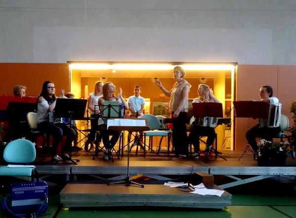 """Franc-Accordéon a donné un concert  """"Musique en Peinture"""" lors du Salon des peintres des Amis du Châtillonnais"""