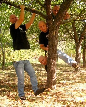 Derrière un arbre