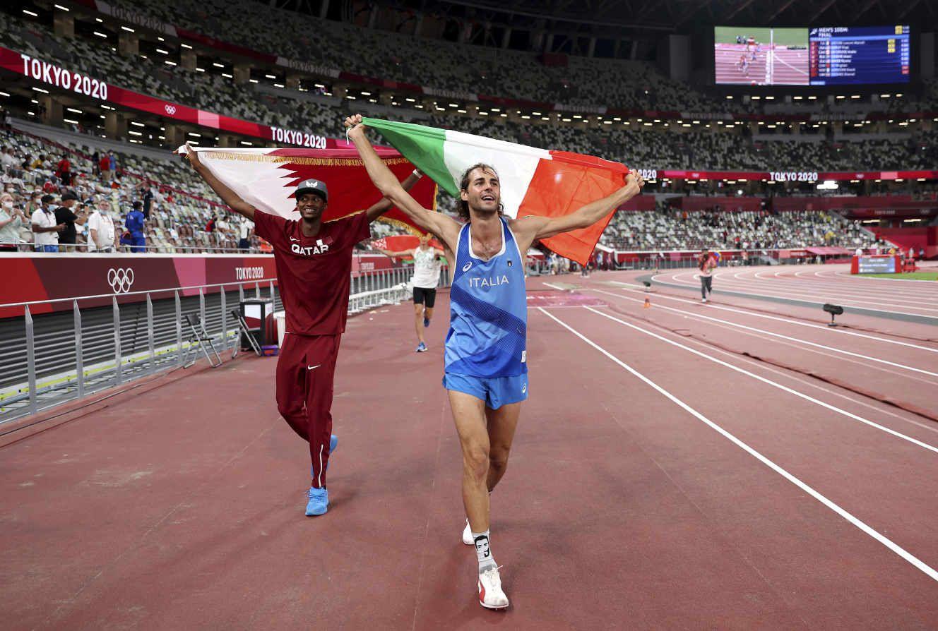 La joie de Mutaz Barshim et Gianmarco Tamberi, qui partagent la médaille d'or au saut en hauteur des Jeux olympiques de Tokyo. CHRISTIAN PETERSEN / AP
