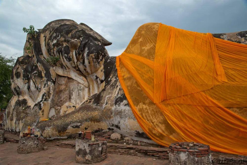 Ayutthaya Wat Lokayasutha :  Le Bouddha couché - La tête orienté Nord regarde vers l'Est