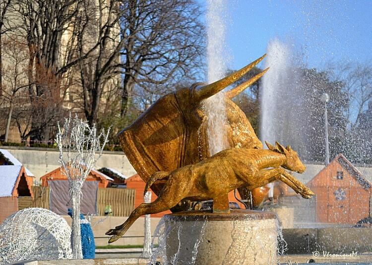 """Jardins du Trocadéro : Sculptures """"Chevaux et Chien"""" de Georges Lucien Guyot"""