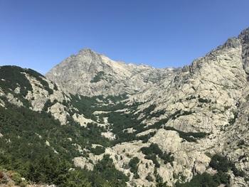 Le vallon et le col de l'Agnone, parcourus par le GR 20
