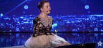 """Fille de piano sans bras, La pianiste et chanteuse roumaine Lorelai Mosnegutu laisse les juges et l'auditoire complètement incrédules - après l'audition en direct du mois dernier pour la série télévisée de talents """"Romania's Got Talent"""".  Elevé par un travailleur social après avoir été abandonné à la naissance, le musicien de 14 ans incarne la notion du vrai talent qui ne connaît pas de frontières… Romanii au talent 2017: Lorelai Mosnegutu - Interpreteaza piesa Un million d'étoiles pe romaniiautalent.protv.ro  L'histoire de Lorelai Mosnegutu est également impressionnante. Elle est née sans bras et a été abandonnée par sa mère immédiatement après la naissance. Une assistante sociale a vu son cas à la télévision et a décidé de l'adopter. La fille ne parlait pas avant l'âge de trois ans et ne pouvait pas marcher avant l'âge de quatre ans.  Cependant, elle a réussi à surmonter son grave handicap et a appris à faire beaucoup avec ses pieds. Elle peint, joue de l'orgue et utilise l'ordinateur portable avec ses orteils. Elle a écrit plusieurs livres jusqu'à présent. ... La jeune chanteuse d'opéra qui a assommé l'Amérique avec sa voix remporte le Got Talent de la Roumanie"""