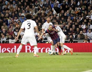 Iniesta fauché par Xabi Alonso comdamne le Real