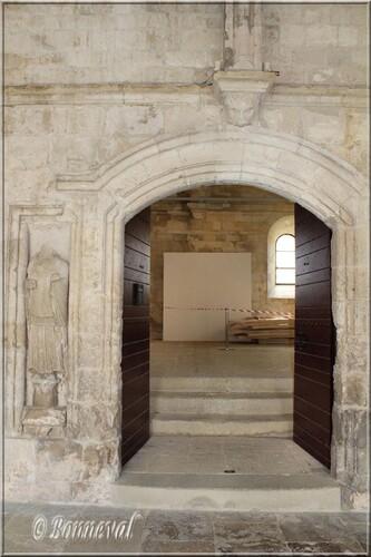 Abbaye de Montmajour cloître porte du réfectoire galerie sud