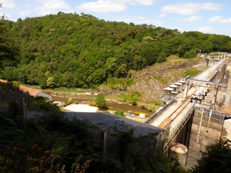 Derrière le barrage
