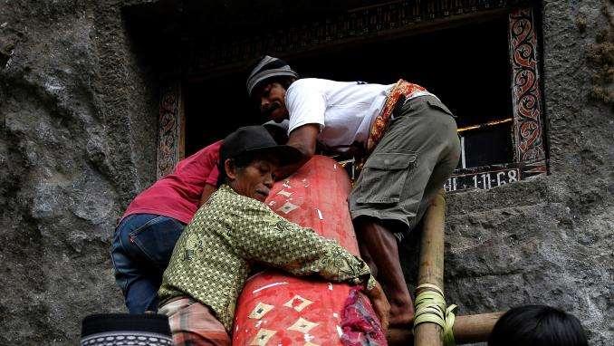 Indonésie : un homme meurt écrasé par le cercueil de sa mère lors d'une cérémonie funéraire
