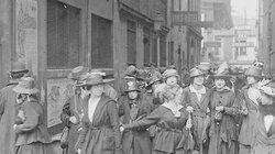 """Couturières (""""midinettes"""") en grève en mai 1917 devant la maison des syndicats, 33 rue de la grange aux belles"""