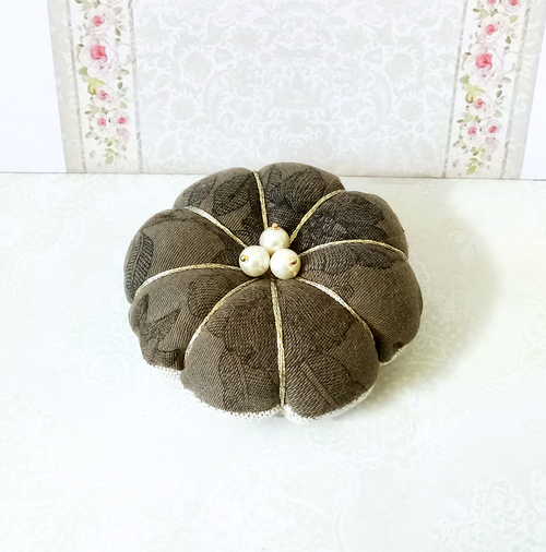 Coussin fleur Pique épingles ou décoration de table tissu coton floral vert olive et lin écru 8cm