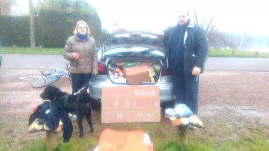 Cathy et Nathalie et leur voiture près du lac d'Ardres. © Page Facebook Nathalie Hallard