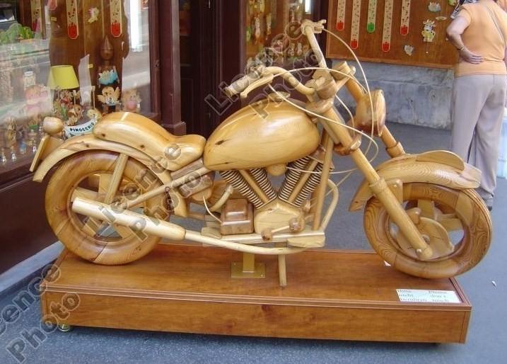 moto sculptée dans bois massif
