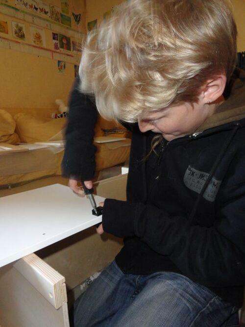 Pierre-Lilé aime monter des meubles!