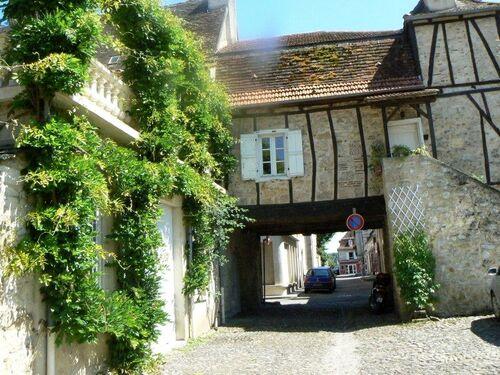 Passage de la place sur les rues arrières de Bretenoux