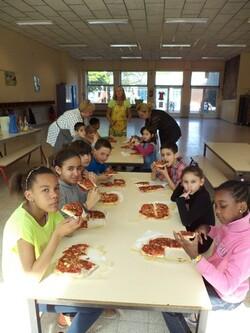 Cuisinons! Dégustons la pizza préparée par chaque enfant!