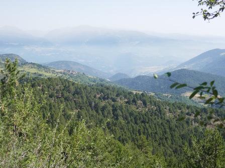 Coup d'œil vers le Nord : Estana, la vallée du Sègre embrumée et les sommets frontières avec l'Andorre