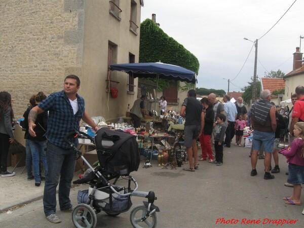 Le vide-greniers d'Ampilly le Sec  vu par René Drappier...