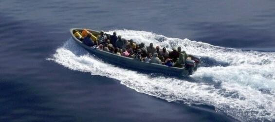 397951_une-photo-transmise-par-la-gendarmerie-nationale-montre-une-embarcation-d-immigres-clandestins-tentant-de-rejoindre-l-ile-de-mayotte-dans-l-ocean-indien