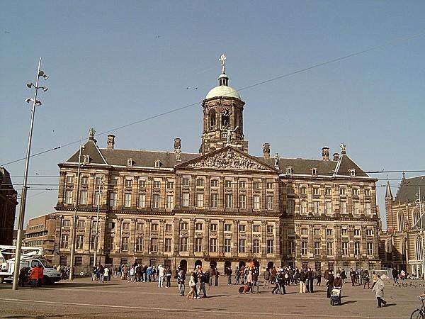 800px-Amsterdam-_paleis_op_de_Dam_2007-03-26_11_32_.jpg