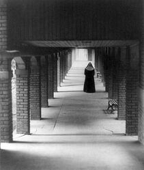 Nun+in+cloister+by+Doris+Ulmann-1930.jpg