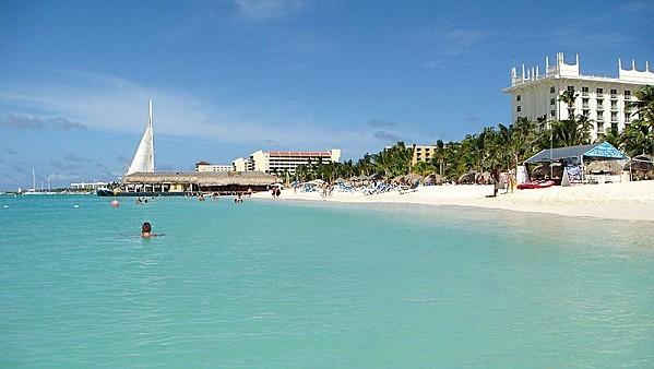 800px-Aruba Palm Beach