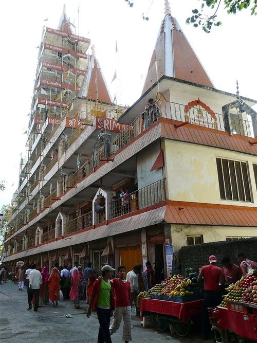 un temple impressionnant au bord du Gange à Rishikesh