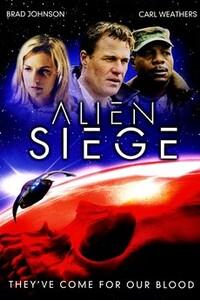 Alien Siege : Une race d'extra-terrestres belliqueux demande à ce que des millions de vies humaines soient sacrifiées afin de sauver leur espèce d'un virus mortel. Chaque pays doit fournir quelques citoyens. Refuser reviendrait à affronter la destruction du monde. Ceux qui ont la malchance d'avoir été sélectionnés vont mourir dans les 24 heures, liquéfiés, puis envoyés vers la planète des extra-terrestres. Pour tenter de sauver sa fille aux mains des étrangers, Stephen Chase se joins à un groupe de résistants menés par le Général Skyler... ----- ... Origine : Américain  Réalisation : Robert Stadd  Acteur(s) : Brad Johnson,Erin Ross,Michael Cory Davis  Genre : Science fiction  Année de production : 2005  Critiques Spectateurs : 2,4