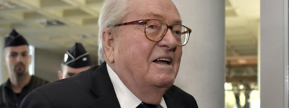 Jean-Marie Le Pen arrive au tribunal de Nanterre (Hauts-de-Seine), le 5 octobre 2016.