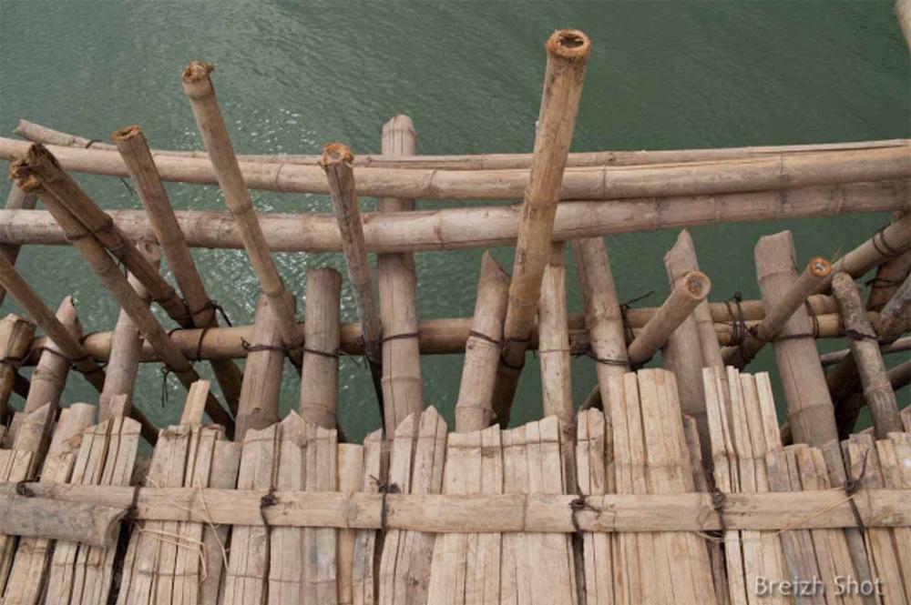 pont  bambou de Kampong Cham : La structure en bambou sur fond de Mékong