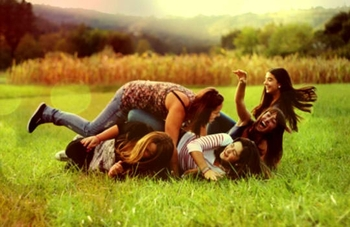 being-single-health-benifits-friends-forever-4