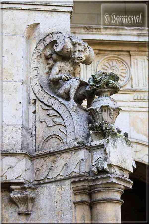 La Rochelle rue des Augustins Maison Henri II sculpture