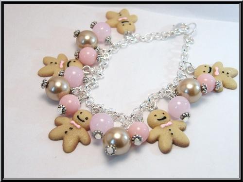 Bracelet breloque biscuit pain d'épice et perle en verre.