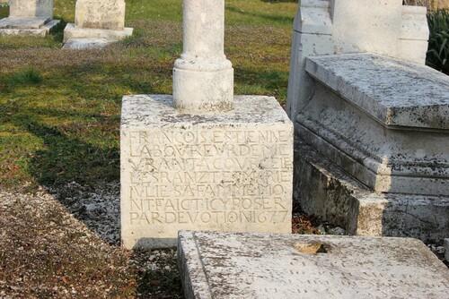 Sculptures de tombes au cimetière de Montliot..