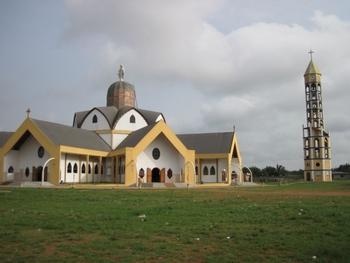 Bénin Egise de l'Immaculée Conception et son clocher après Allada